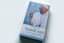 Papst Franziskus: Fratelli tutti. Foto: Ralf Julke