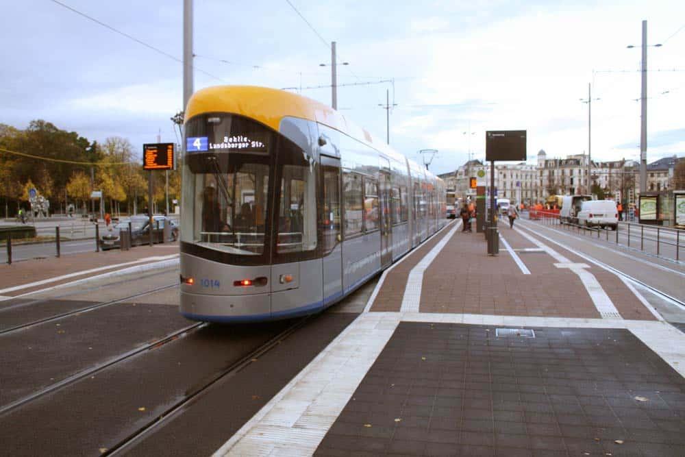 Linie 4 in der neuen Haltestelle Goerdelerring. Foto: Ralf Julke