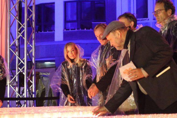 Ayleena Jung, Burkhard Jung (OBM) und Uwe Schwabe (Bürgerrechtler) beim symbolischen Kerzenentzünden. Foto: L-IZ.de