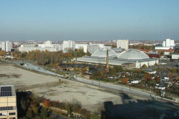 Blick vom MDR-Hochhaus 2011 auf die künftige S-Bahn-Station MDR und das Gelände für die künftige Rad-Aktiv-Achse. Foto: Matthias Weidemann
