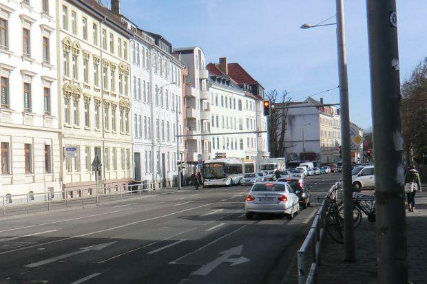 Blick in die Rödelstraße: Kein Platz für Radfahrer. Foto: Marko Hofmann