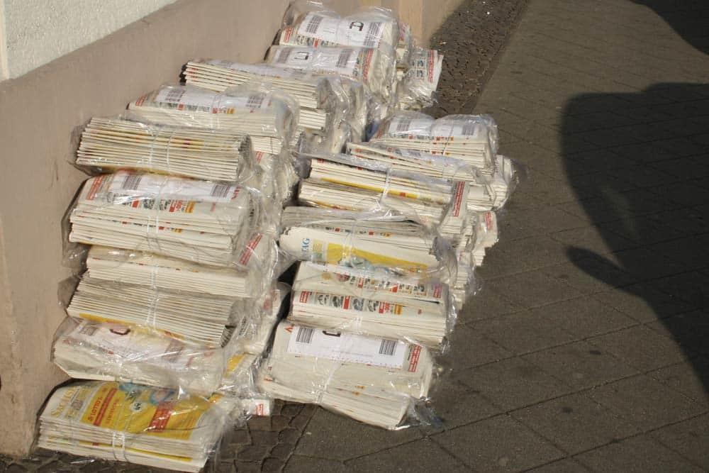 Anzeigenblatt zum Verteilen aufgestapelt. Foto: Ralf Julke