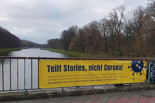 Galt schon im Frühjahr: Plakat der Stadt auf der Sachsenbrücke. Foto: Ralf Julke