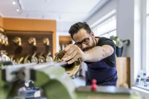 Instrumentenbauer Matthias Vogt. Foto: Freundeskreis des GRASSI Museums für Angewandte Kunst Leipzig e.V. / Nick Putzmann