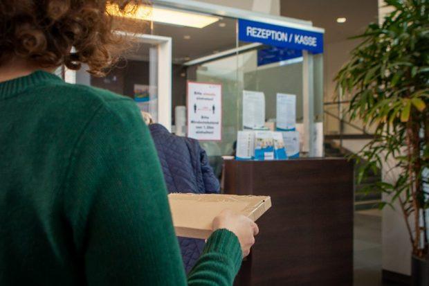 Für Patienten, die keine Besucher empfangen dürfen, wurde ein der Paketservice am UKL eingerichtet. Foto: Hagen Deichsel / UKL