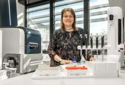 Andrea Sinz im Labor Foto: Uni Halle / Maike Glöckner