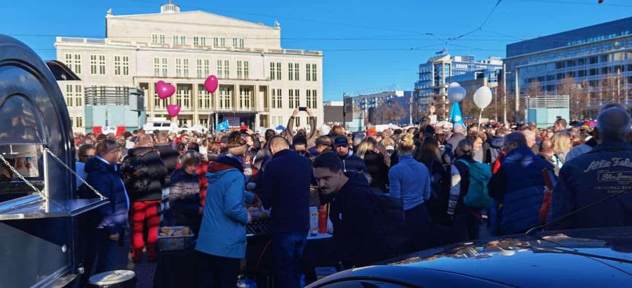 """10:30 Uhr am 7. November 2020: Dank Entscheid des OVG Bautzen steht die """"Querdenken""""Bühne und der Platz füllt sich langsam mit Coronamaßnahme-Gegnern. Foto: Privat"""