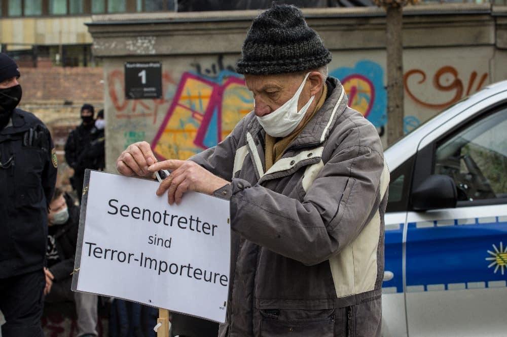 """Schon am 21. November 2020 mischten sich in Leipzig das """"Querdenken"""" mit der alten Ausländerfeindlichkeit und rechten Narrativen. Foto: Tilly Domian"""