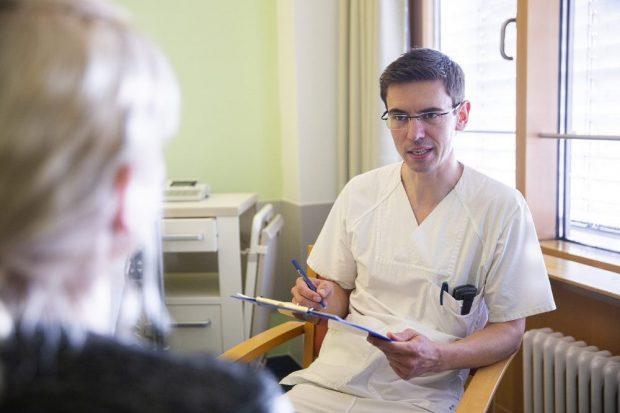 """Lars Selig, Leiter des UKL-Ernährungsteams, im Gespräch mit einer Patientin. In diesem Jahr können er und sein Team nicht am """"nutritionDay"""" teilnehmen. Foto: Stefan Straube / UKL"""