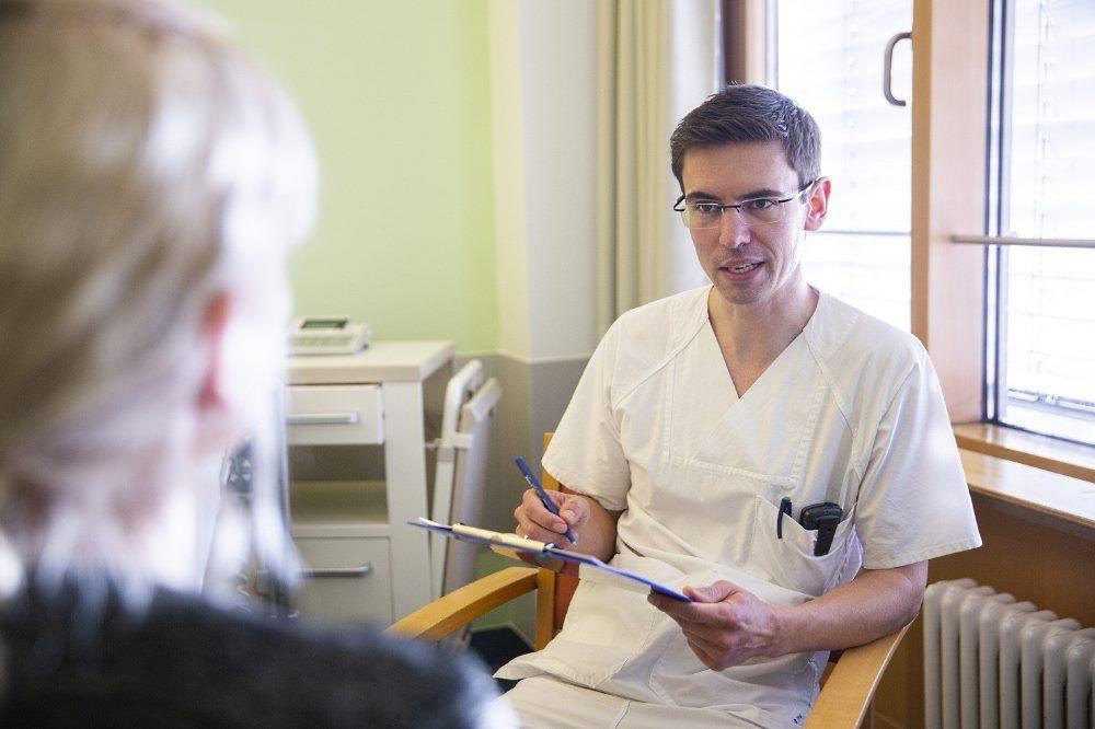 Lars Selig, Leiter des UKL-Ernährungsteams, im Gespräch mit einer Patientin. In diesem Jahr können er und sein Team nicht am