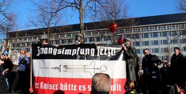"""Brutale Ängste und Panik satirisch aufgespießt. Die PARTEI unter Einsatz ihres Lebens und ihrer Gesundheit auf der Demonstration von """"Querdenken"""" am 7. November in Leipzig. Foto: Die PARTEI Leipzig"""