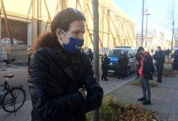 """Jürgen Kasek am 7. November. Im Hintergrund die blockierten """"Querdenker"""". Foto: L-IZ.de"""