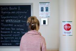 Ohne sensorische Messung der Körpertemperatur ist der Zutritt ins Städtische Altenpflegeheim nicht gestattet. Die strengen Besuchs- und Hygieneregeln werden jedoch nicht von allen Besuchern eingehalten. © Michael Billig