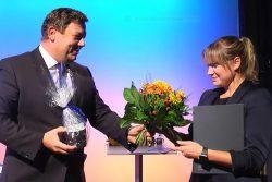 Die Preise des HTWK-Fördervereins 2019 wurden pandemiebedingt während einer (fast ausschließlich) virtuellen Veranstaltung verliehen. Prof. Markus Krabbes übergibt den Preis an Marie-Louise Heinrich. Foto: HTWK Leipzig
