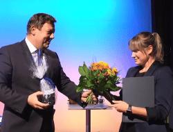 Die Preise des HTWK-Fördervereins 2019 wurden pandemiebedingt während einer (fast ausschließlich) virtuellen Veranstaltung verliehen. Prof. Markus Krabbes übergibt den Preis an Marie-Louise Heinrich. (Foto: HTWK Leipzig)