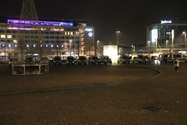 Ein polizeiliches Aufgebot am Augustusplatz wegen 20 Demonstrant/-innen. Foto: L-IZ.de