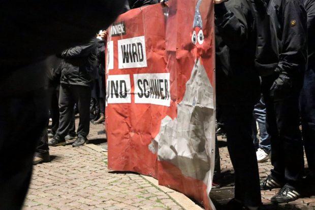 """Banner """"Euer Weg wird steinig und schwer"""". Foto: L-IZ.de"""