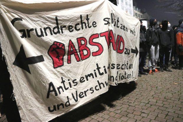 Banner des Gegenprotestes auch am 9. November 2020. Foto: L-IZ.de