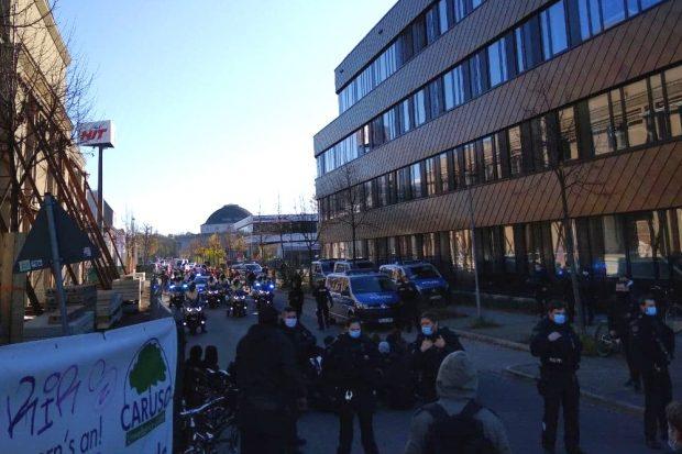 Blockaden an der alten Messe und ein extremes Polizeiaufgebot dafür. Foto: Privat