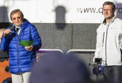 """Christoph Wonneberger zwischen heute und Erinnerungen und ein Versammlungsanmelder Nils Wehner, der """"das Lichterfest"""" nachfeiern wollte. Foto: Tilly Domian"""