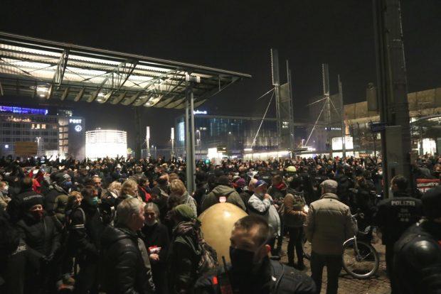 """Ein Gefühl von """"es reicht"""": 1.000 kommen zum Gegenprotest bei """"Querdenkern"""" am 9. November 2020. Foto: L-IZ.de"""