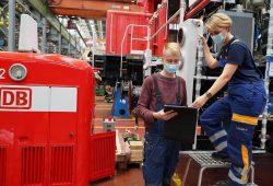 Zukunftsperspektive für Nachwuchskräfte in der Lausitz: Eine Mechatroniker-Auszubildende bei der LEAG und ein DB-Mechatroniker im DB-Werk in Cottbus (Foto: DB AG / Nadine Fuhrhop)