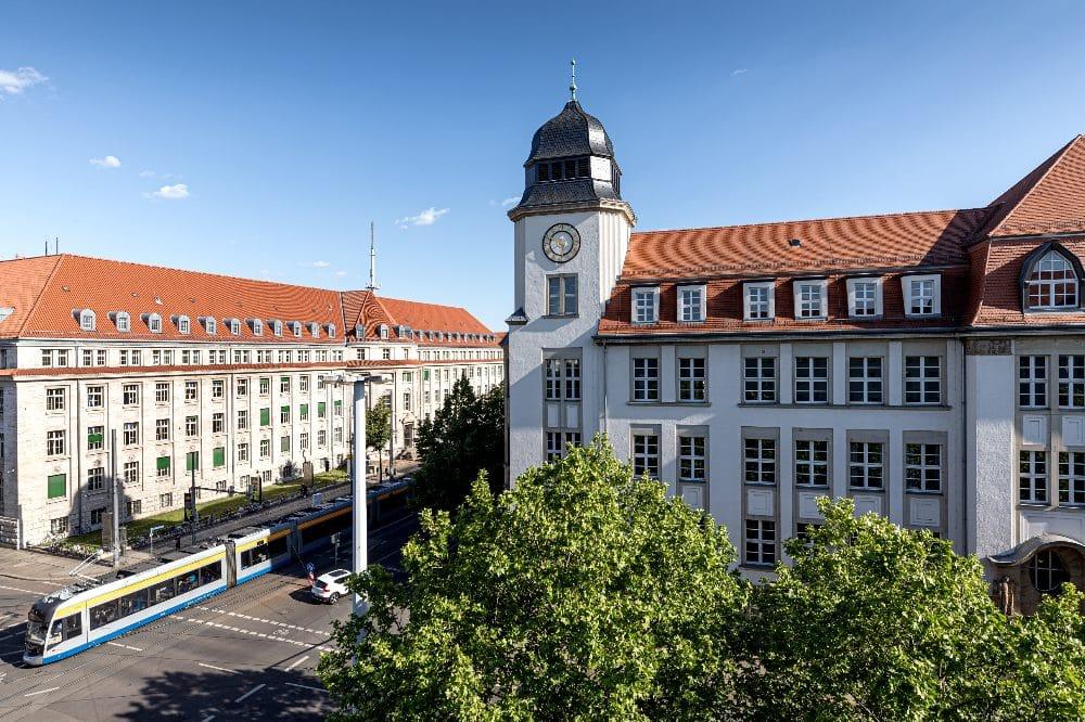 Der Geutebrück-Bau der HTWK Leipzig (mit Turm) an der Karl-Liebknecht-/ Ecke Richard-Lehmann-Straße. Quelle: Tom Schulze/HTWK Leipzig