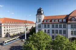Der Geutebrück-Bau der HTWK Leipzig (mit Turm) an der Karl-Liebknecht-/ Ecke Richard-Lehmann-Straße. Foto: HTWK Leipzig