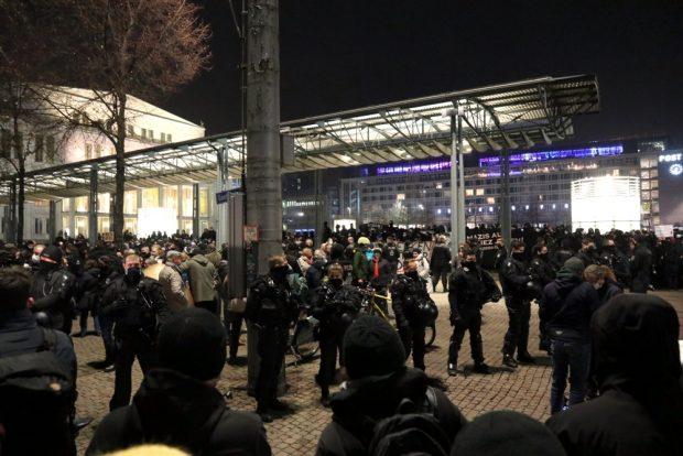 """""""Maske auf""""-Rufe und """"Ihr maschiert mit Faschisten"""" am 9. November am Augustusplatz. Foto: L-IZ.de"""
