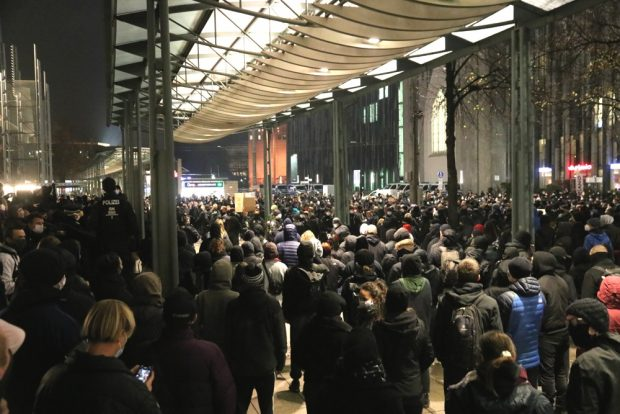 Montagsspaziergang ohne den Wanderzirkus aus Stuttgart: 20 da, knapp 1.000 drumherum. Foto: L-IZ.de