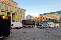 """Seltsames Gebahren - eine Rollbühne von """"Querdenken""""am derzeit falschen (Augustus)Platz. Foto: Privat"""