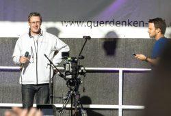 """Nach Verstößen gegen die Auflagen und kurz vor dem """"Gang über den Ring"""" - Versammlungsanmelder Nils Wehner und Rechtsanwalt Markus Haintz am 7. November 2020 auf der Querdenkenbühne. Foto: L-IZ.de"""
