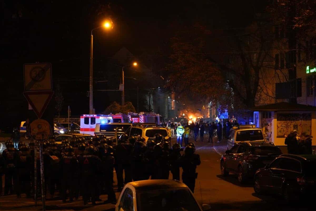 Polizeiabsperrung am Hauptbahnhof, die kurz nach 18 Uhr durchbrochen wurde. Foto: L-IZ.de