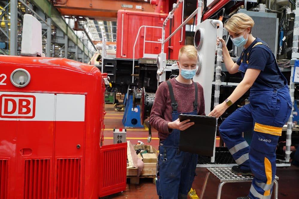 Zukunftsperspektive für Nachwuchskräfte in der Lausitz: Eine Mechatroniker-Auszubildende bei der LEAG und ein DB-Mechatroniker im DB-Werk in Cottbus. Foto: DB AG / Nadine Fuhrhop