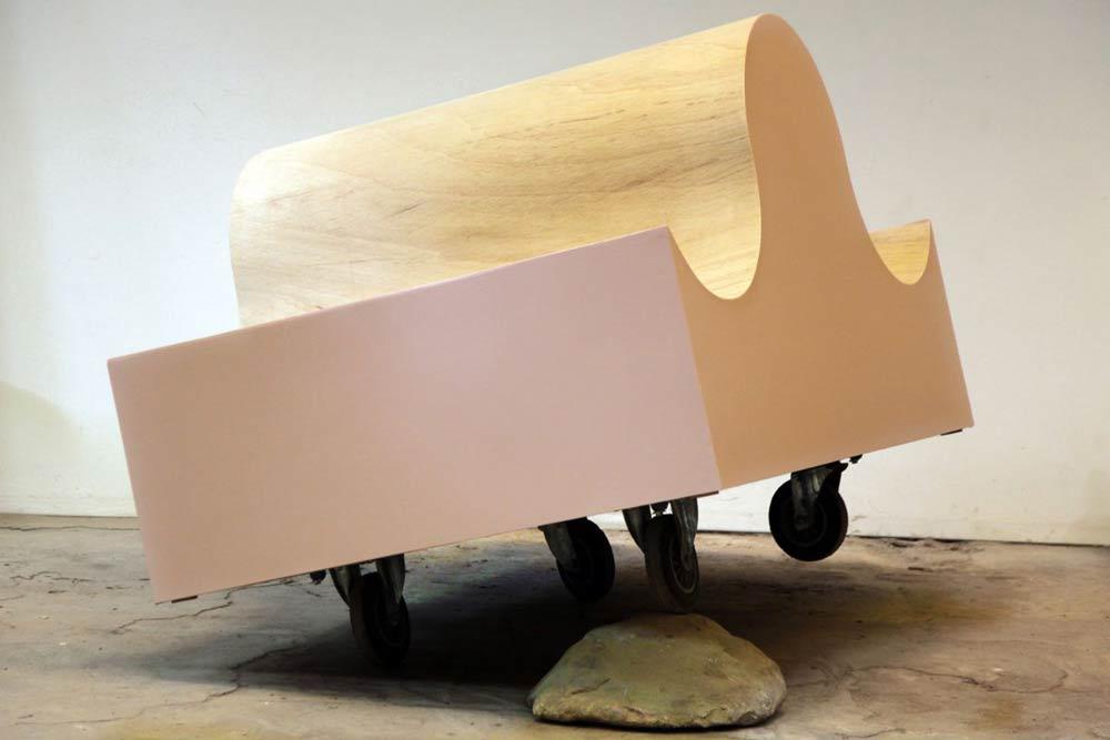 Michael Hahn: Tide, Holz, Lack, Stahl, Rollen, Granit, 140 x 170 x 140 cm, 2020. Foto: Galerie b2_