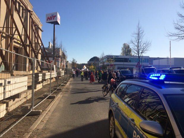 Der Corso steht vorerst und ist blockiert. Alte Messe, 11:40 Uhr. Foto: L-IZ.de