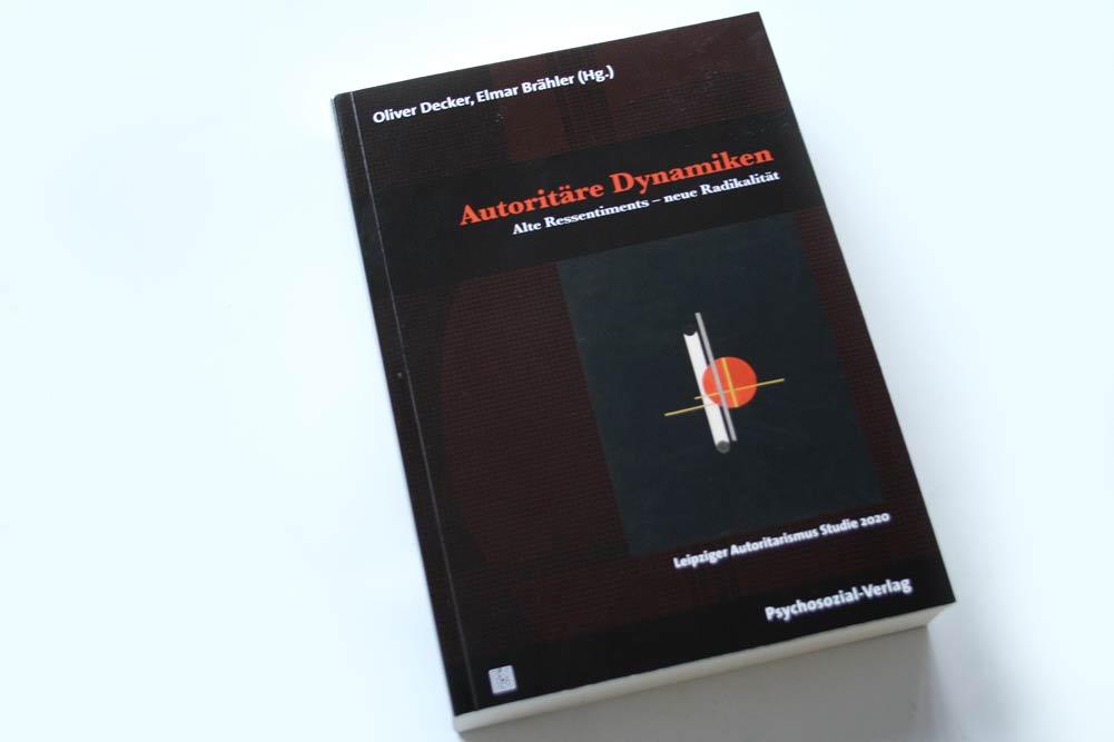 Oliver Decker, Elmar Brähler (Hrsg.): Autoritäre Dynamiken. Foto: Ralf Julke