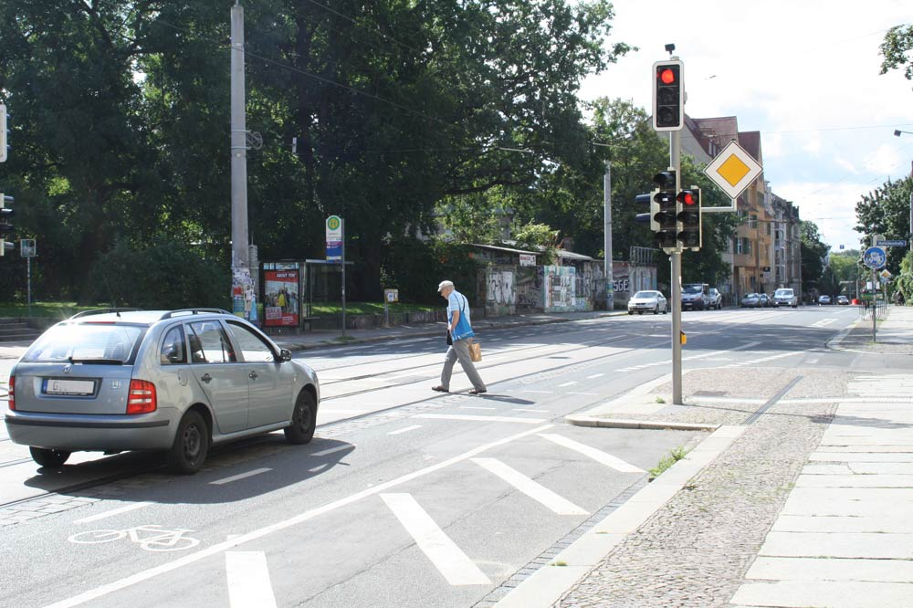 Fußgängerampel in der Wolfgang-Heinze-Straße. Foto: Ralf Julke