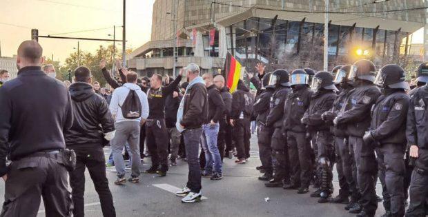 """Bei der """"Querdenken""""-Demo am vergangenen Samstag waren auch zahlreiche Aktivist/-innen aus der rechten Szene beteiligt. Foto: L-IZ"""