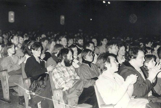"""Konzertpublikum 1986 im """"Kino der Jugend"""". Foto: Gabriele Sergel"""