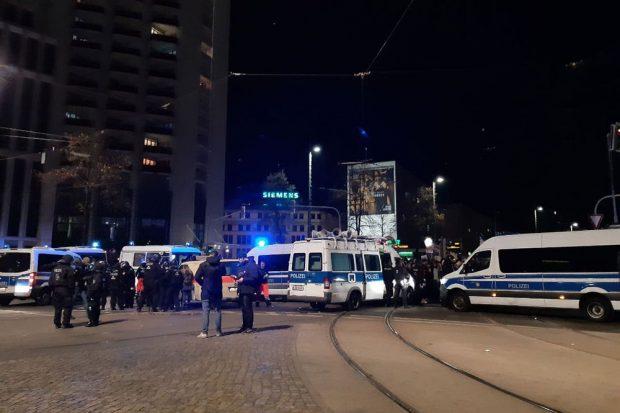 """17:50 Uhr """"Wir bleiben hier""""-Rufe vorm Willy-Brandt-Platz. Foto: L-IZ.de"""