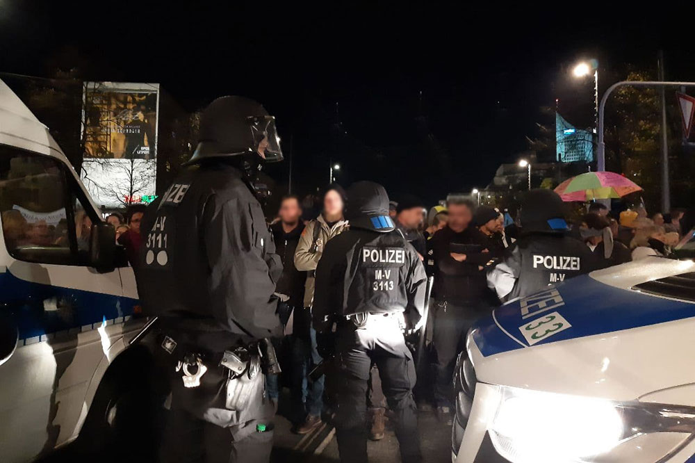 17:55 Uhr Diskussionen zwischen Polizei und Querdenker. Foto: L-IZ.de