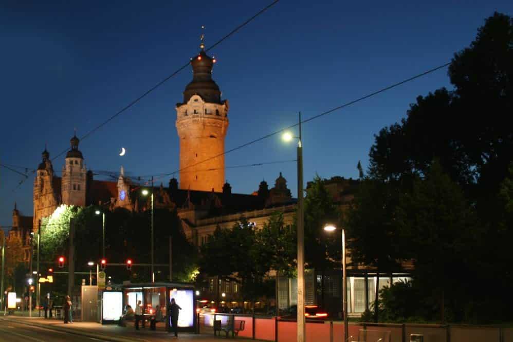 Neues Rathaus bei Nacht. Foto: Ralf Julke