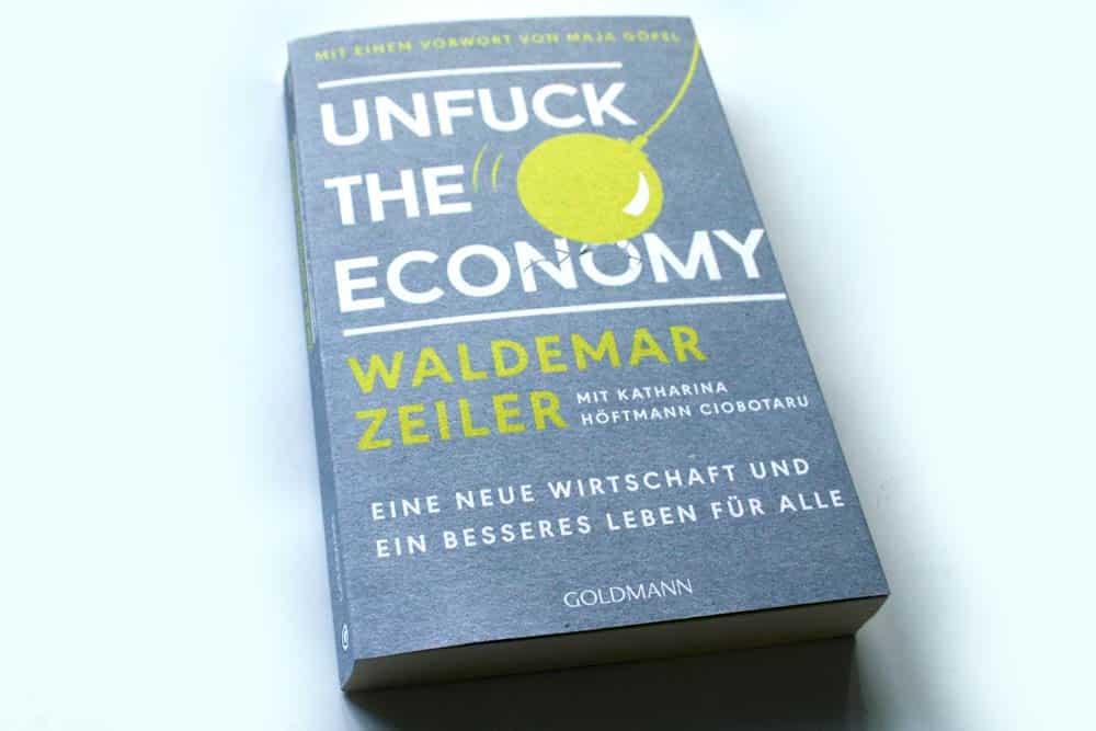 Waldemar Zeiler mit Katharina Höftmann Ciobotaru: Unfuck the Economy. Foto: Ralf Julke