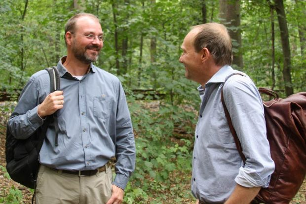 Umweltforscher Prof. Christian Wirth und Umweltminister Wolfram Günther im August beim Vor-Ort-Termin in der Burgaue. Foto: L-IZ