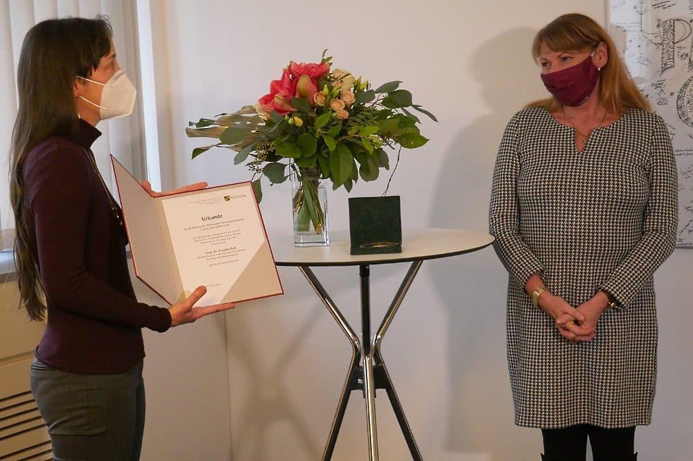 Frau Dr. Ruf und Staatsministerin Köpping bei der Preisverleihung. Foto: SMS