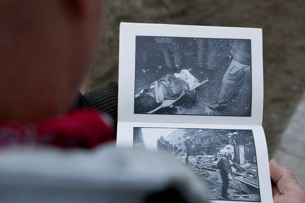 Tretschok auf der Trage – mit diesem Foto hat er es auch in ein Buch über die Mainzer Straße geschafft. © Michael Billig