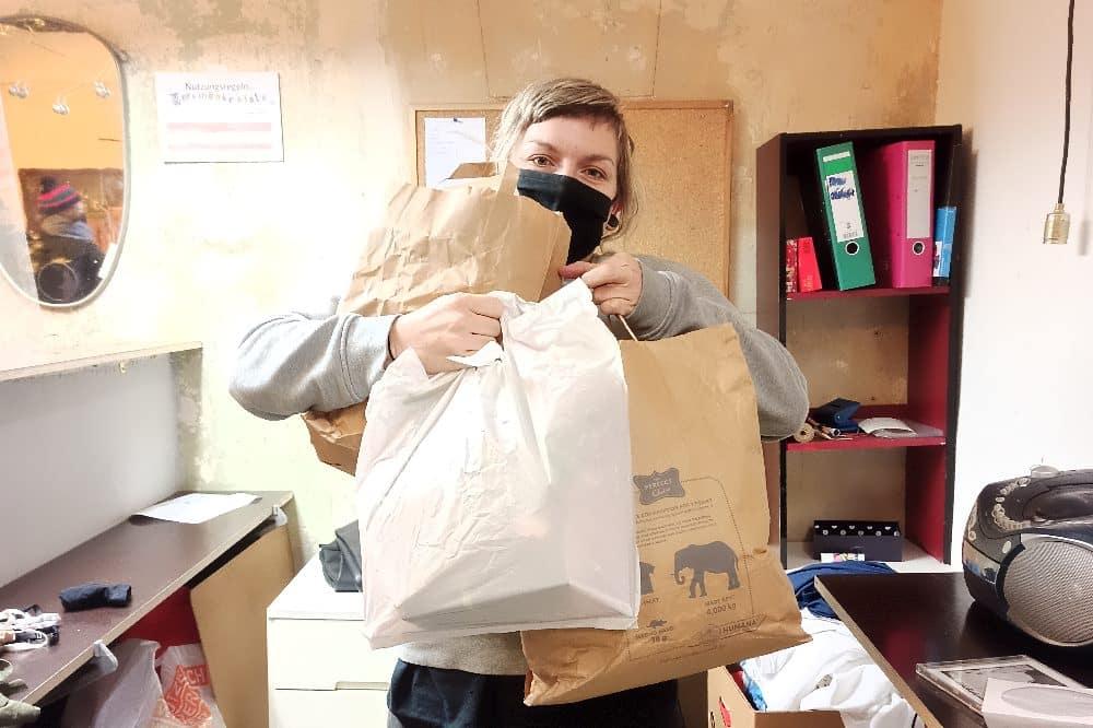 Lilja Friedemann hilft ehrenamtlich in der Verschenkekiste in der Wurzner Straße 58. © privat
