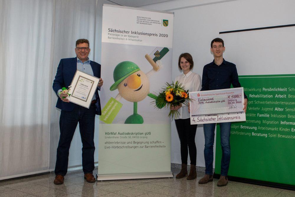 Florian Eib, Peter Lomb und Tomke Koop bei der Preisverleihung. Quelle: HörMal Audiodeskription