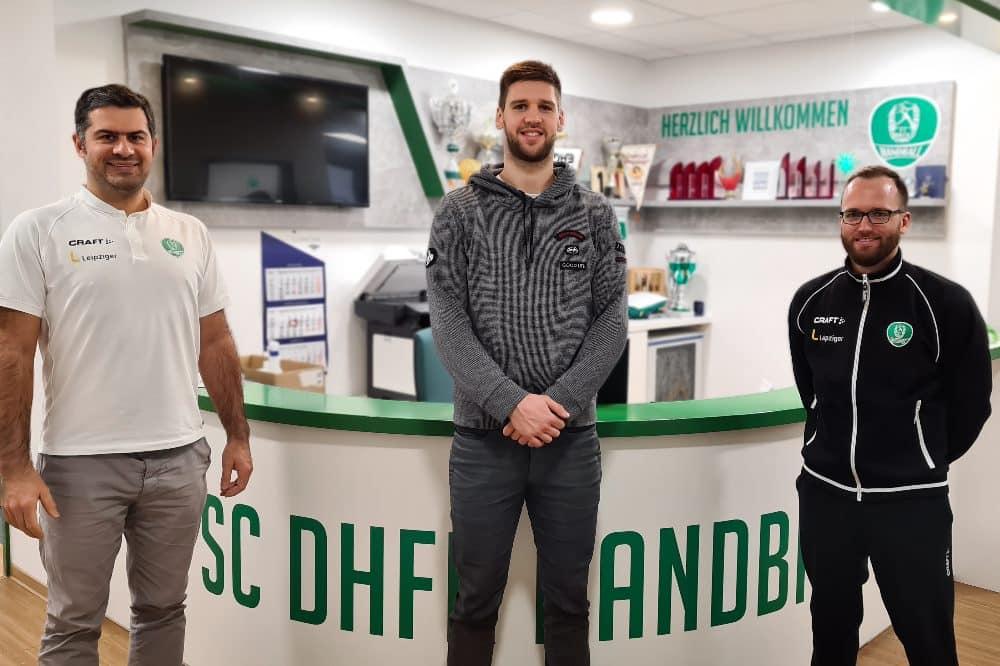 Geschäftsführer Karsten Günther, Šime Ivic und Chefcoach André Haber nach der Vertragsunterzeichnung. Quelle: SC DHfK
